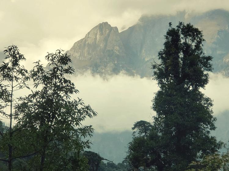 mountain peaks on the annapurna