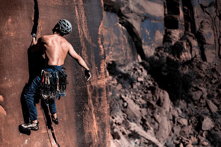 man trad climbing shirtless